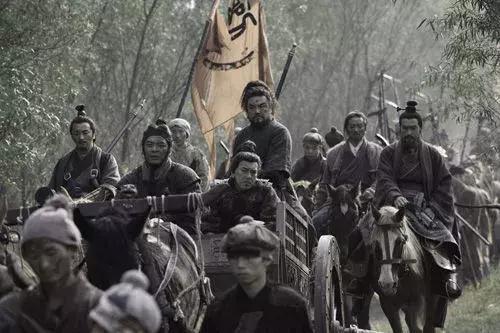 項羽死后,劉邦立即殺了個恩人,賞了個仇人,換來漢朝400年江山